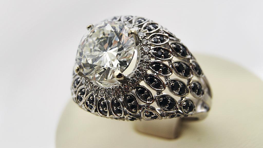 Кольцо с черным бриллиантом массой 6.23 карата получило первый приз ювелирной премии «Национальные сокровища» в номинации «Акцент-камень» на выставке «Сокровища Петербурга»