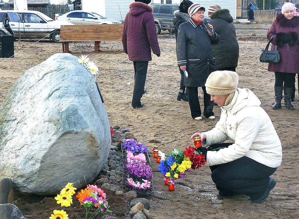 Открытие памятника спецпереселенцам в поселке Нянда, 3 ноября 2010 года
