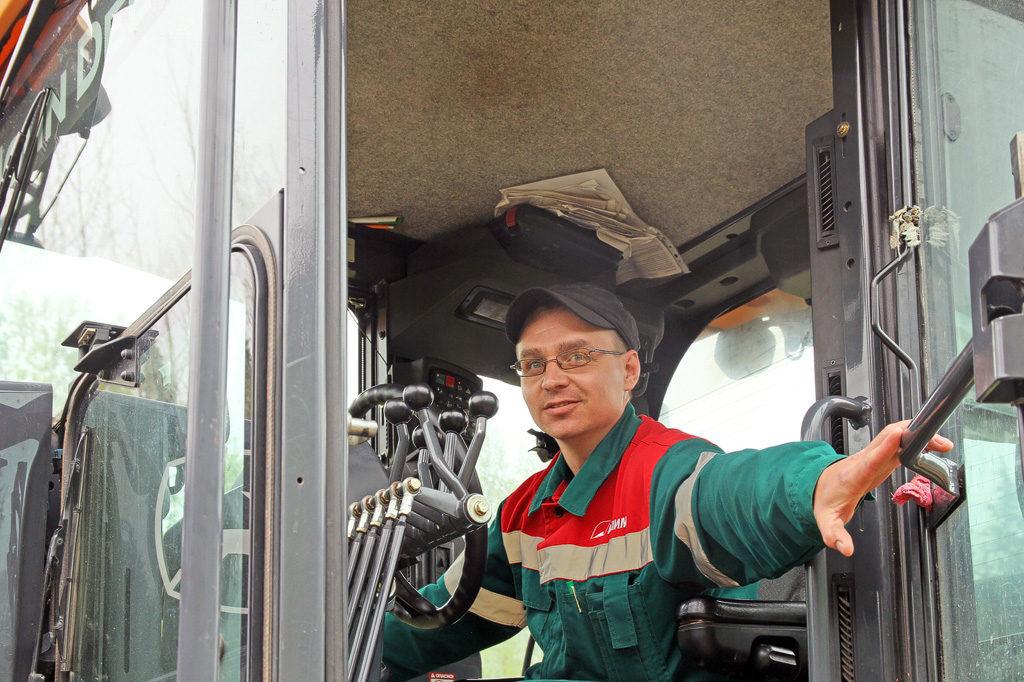 Водитель грейдера Андрей Жданов