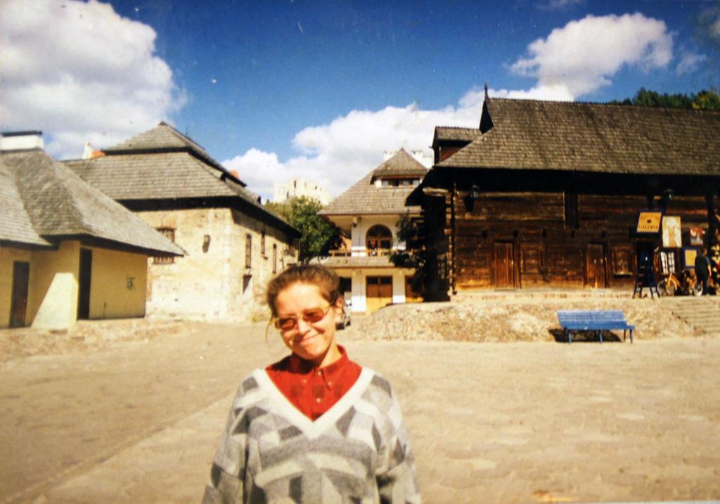 Польша, город Казимеж Дольный—мекка польских художников. Заспиной Надежды Выучейской—ее первая галерея наулице Любельска, 3