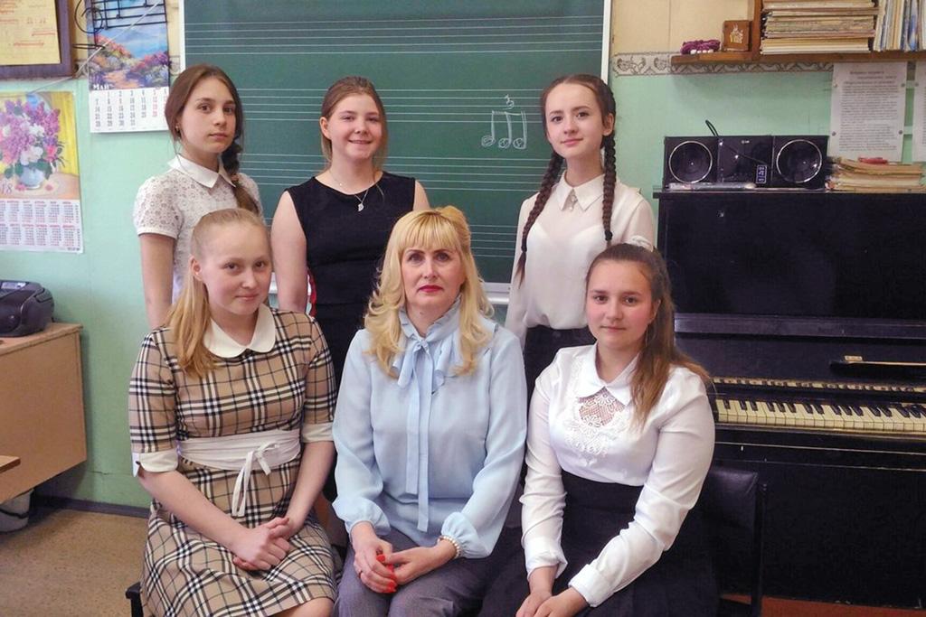 Преподаватель Валентина Бреховских свыпускницами 2018 года