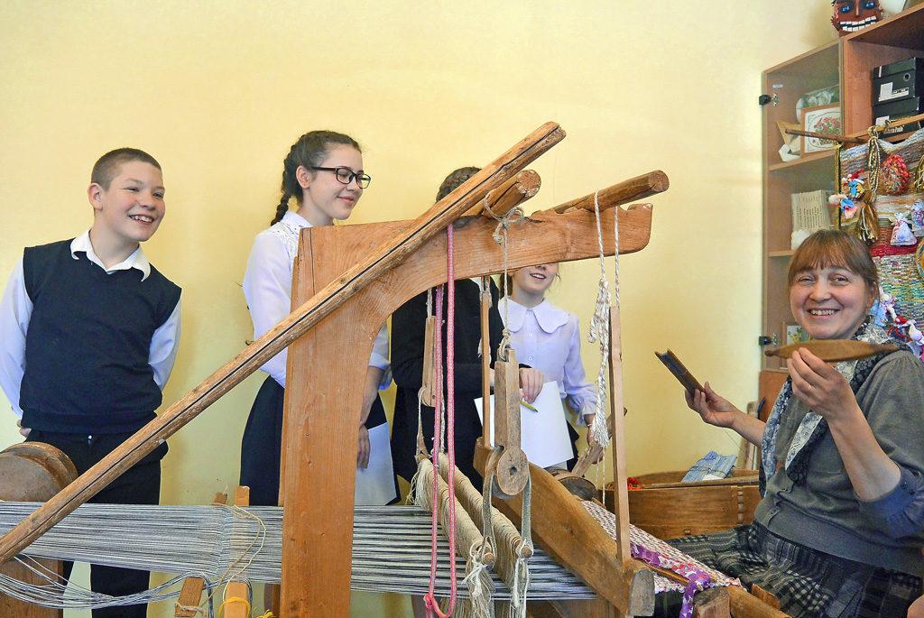 Учитель русского языка илитературы Наталья Короткая учит детей ткачеству