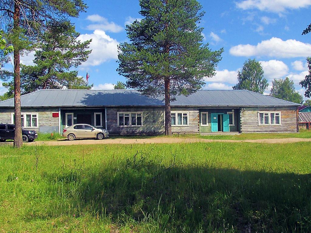 Администрация сельского поселения, ФАП и библиотека располагаются в одном здании