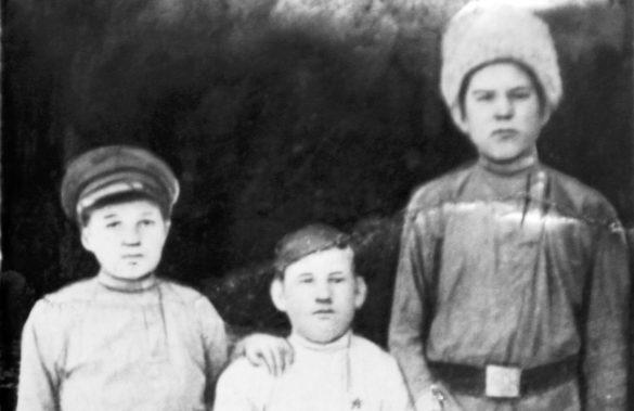 Первые комсомольцы Виледи— неразлучные друзья детства: Иван Майский, Зосима Пахтусов, Феодосий Бреховских
