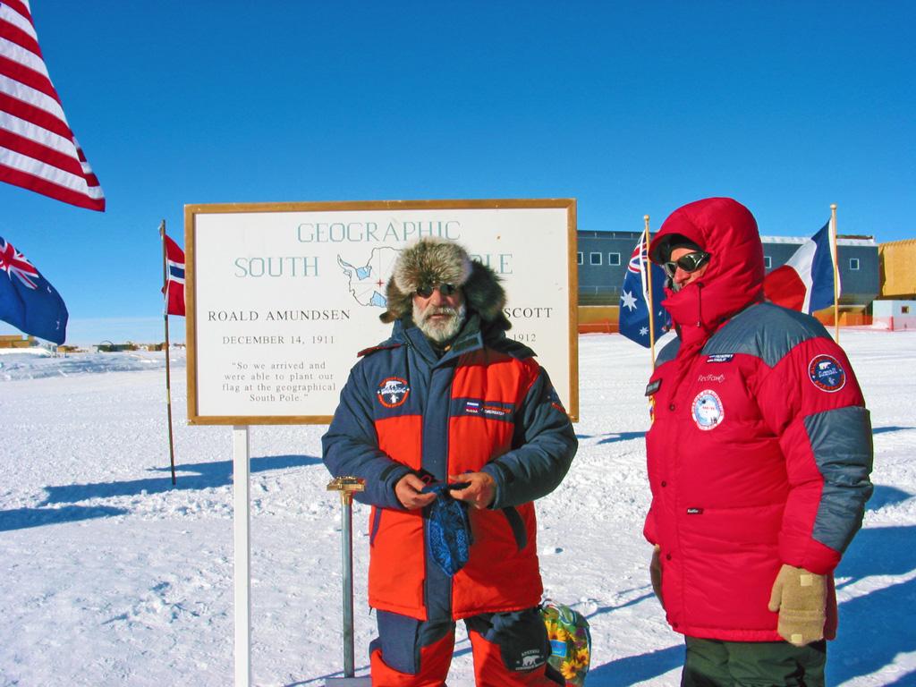 Артур Чилингаров вточке полюса вовремя первого полета наЮжный полюс навертолетах в2007году вместе сглавой Совета Безопасности Николаем Патрушевым