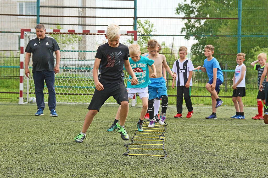 Тренировку проводит старший тренер-преподаватель Александр Елезов
