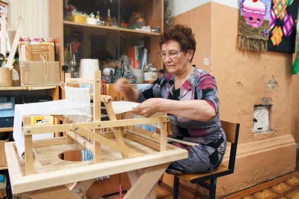 Валентина Харитонова работает насовременном станке