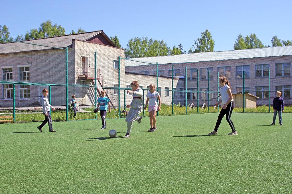 В2015году деревянная спортивная коробка ушколы была заменена полноценным мини-футбольным полем