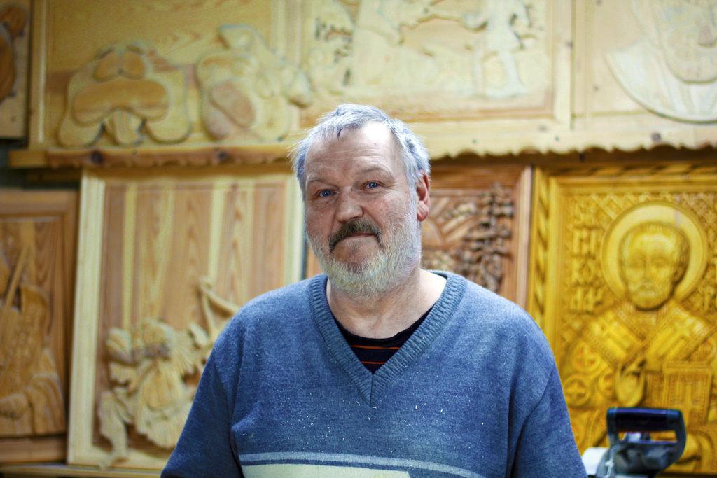 Резчик подереву Александр Осьминин работает вдеревне Дресвянке. Его работы неперепутаешь нискакими другими