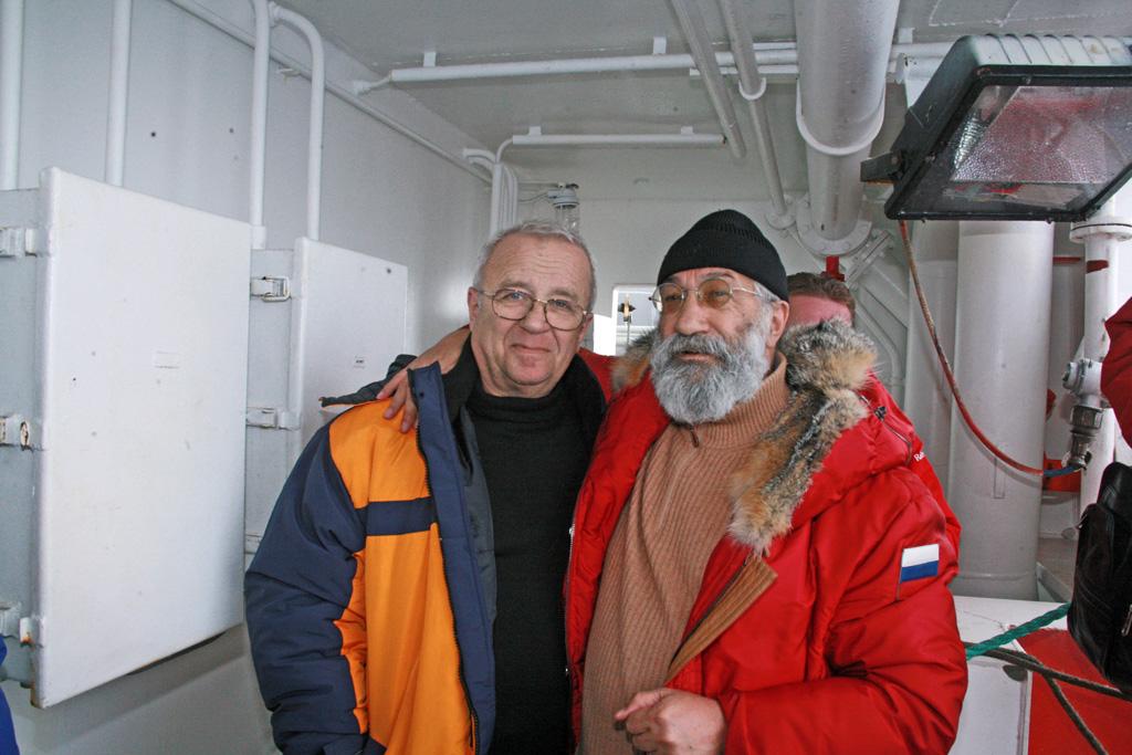 С командиром глубоководного аппарата «Мир-1» Анатолием Сагалевичем на палубе «Академика Федорова» после спуска на полюсе