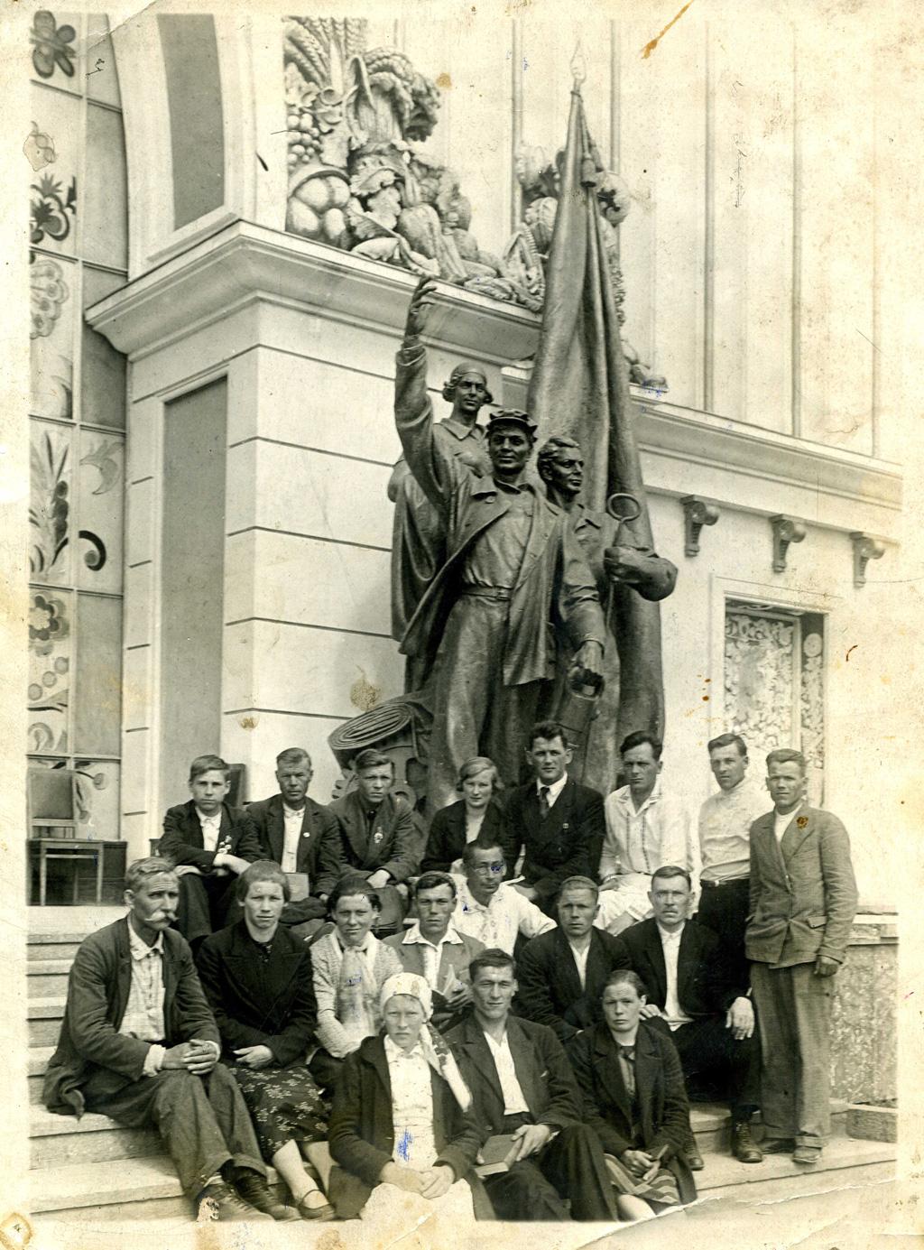 Представители Ненецкого национального округа наВСХВ, 1940г.