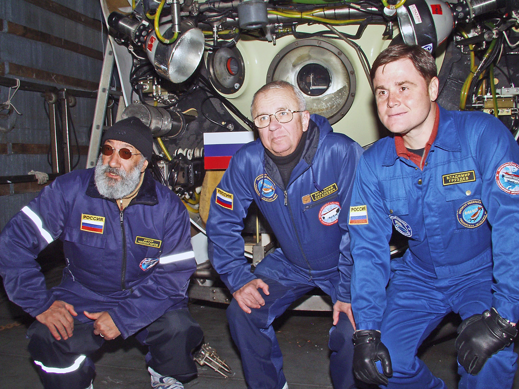 Экипаж аппарата «Мир-1»: Артур Чилингаров, Анатолий Сагалевич иВладимир Груздев