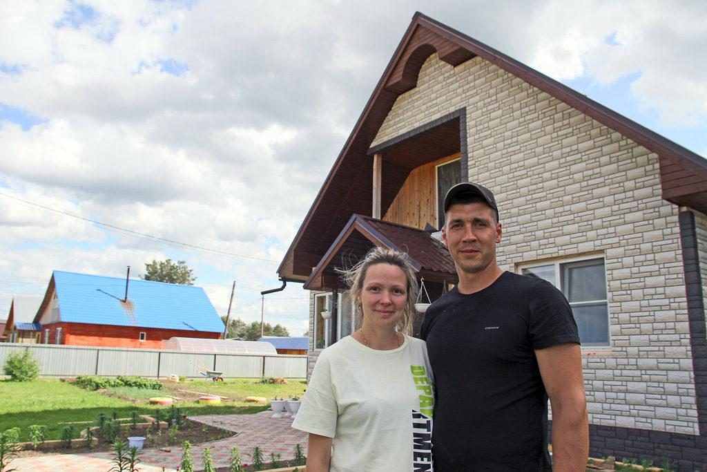 Сергей и Алена Шаньгины стали новоселами на улице Советской вНикольске, где свои дома отстроили уже 12 семей