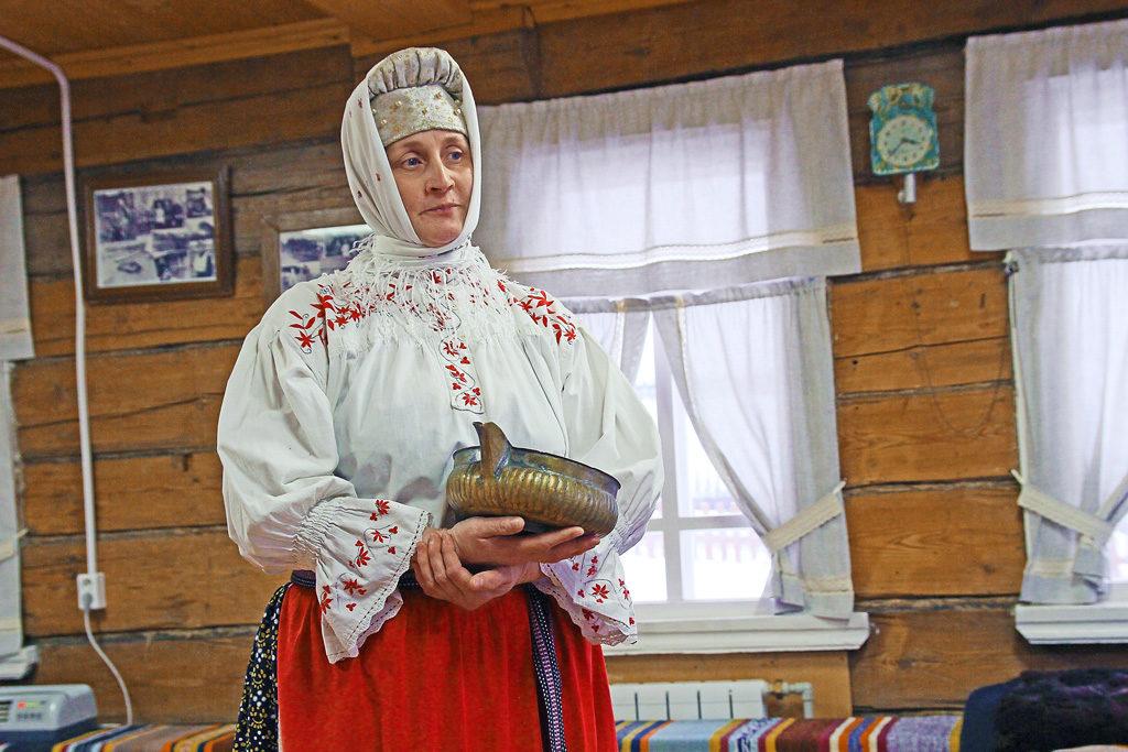 Светлана Кобелева показывает братыню, в которой подают пиво на «Льняной свадьбе»