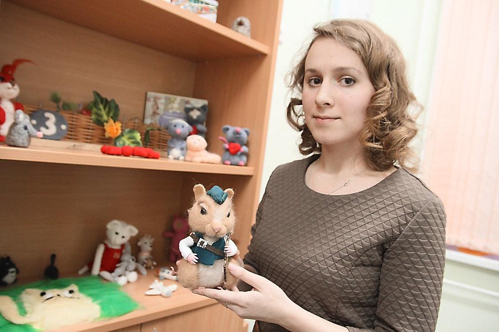 Зоя Михайловна Збоева, самый молодой педагог вшколе. Ведет кружок сухого валяния ируководит кукольным театром
