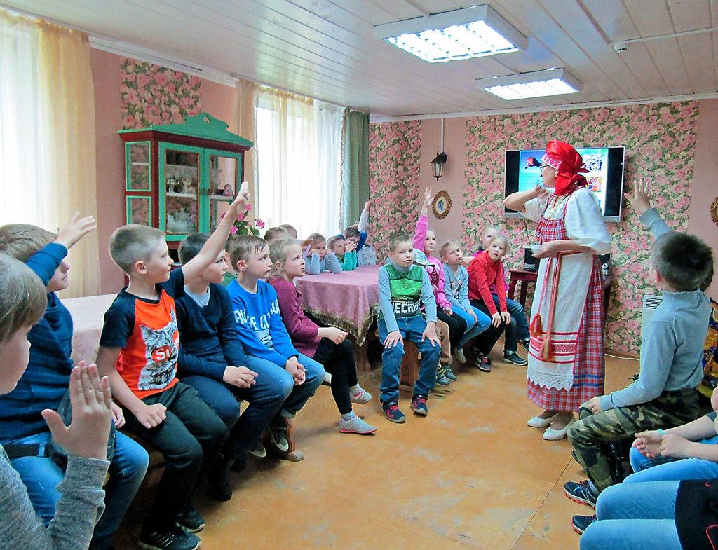 Бабушка Света— НатальяАлександрова— рассказывает детям, какнаВиледи появилось электричество, загадывает загадки идаже дает примерить монтерский костюм