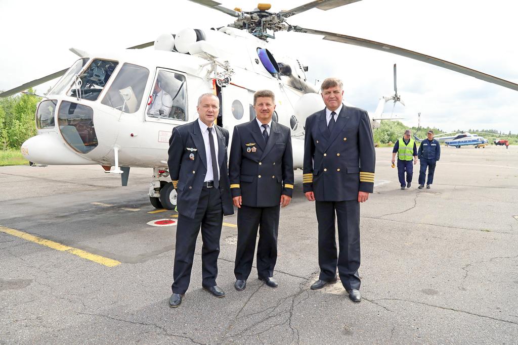 Слева направо: золотой профессиональный фонд авиотряда— пилоты Владимир Кузиванов, Сергей Шамов, Владислав Вологдин