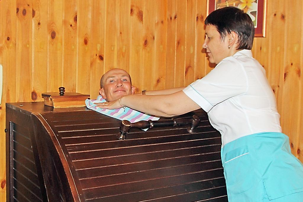 Процедуры проводит медсестра Лариса Гурьева
