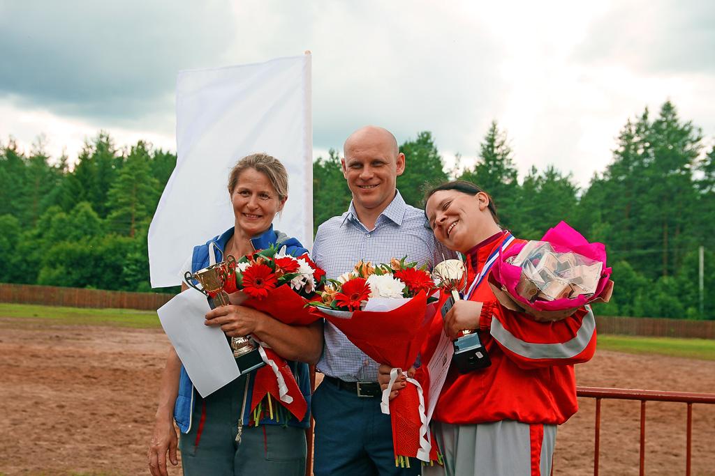 Поздравления от Николая Шашлакова получают коневод Елена Поздеева и наездник Мария Третьякова