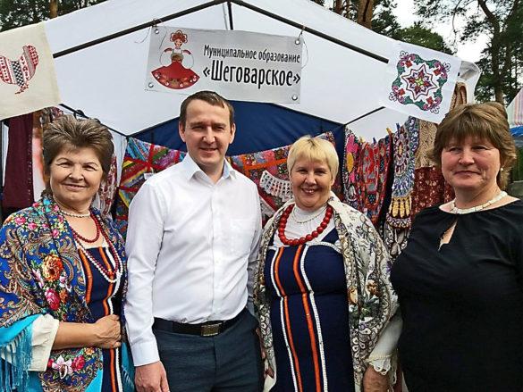 Сергей Смирнов с участницами фольклорного коллектива