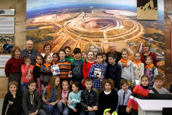 Школьники в геологическом музее