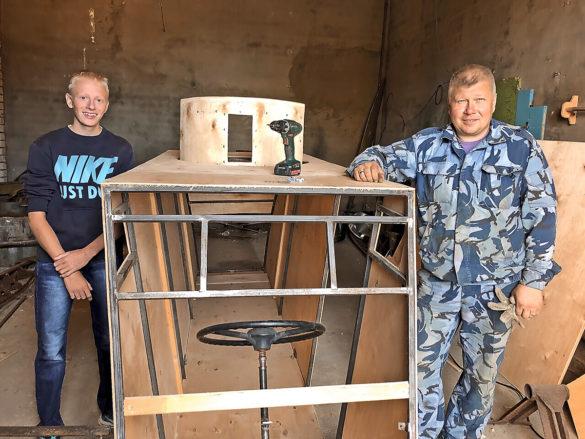 Создатель макета аэросаней Алексей Ильин (справа)