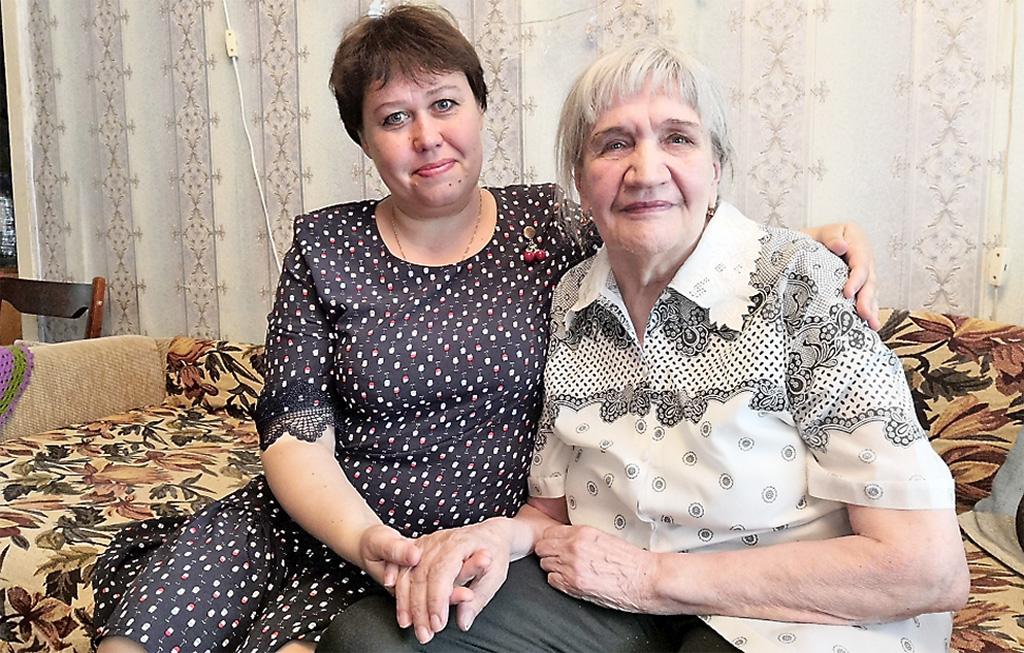 Социальный работник Ирина Красавина сосвоей подопечной отделения социального обслуживания надому Валентиной Хлызовой