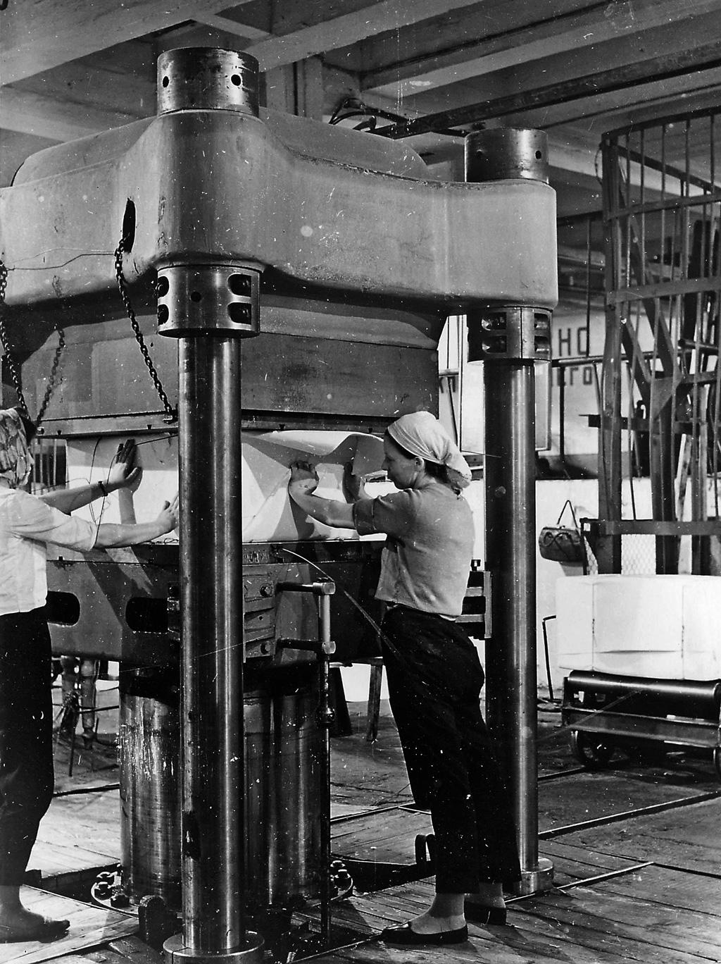 Упаковка целлюлозы работницами КАЦЗ, 1970 г.