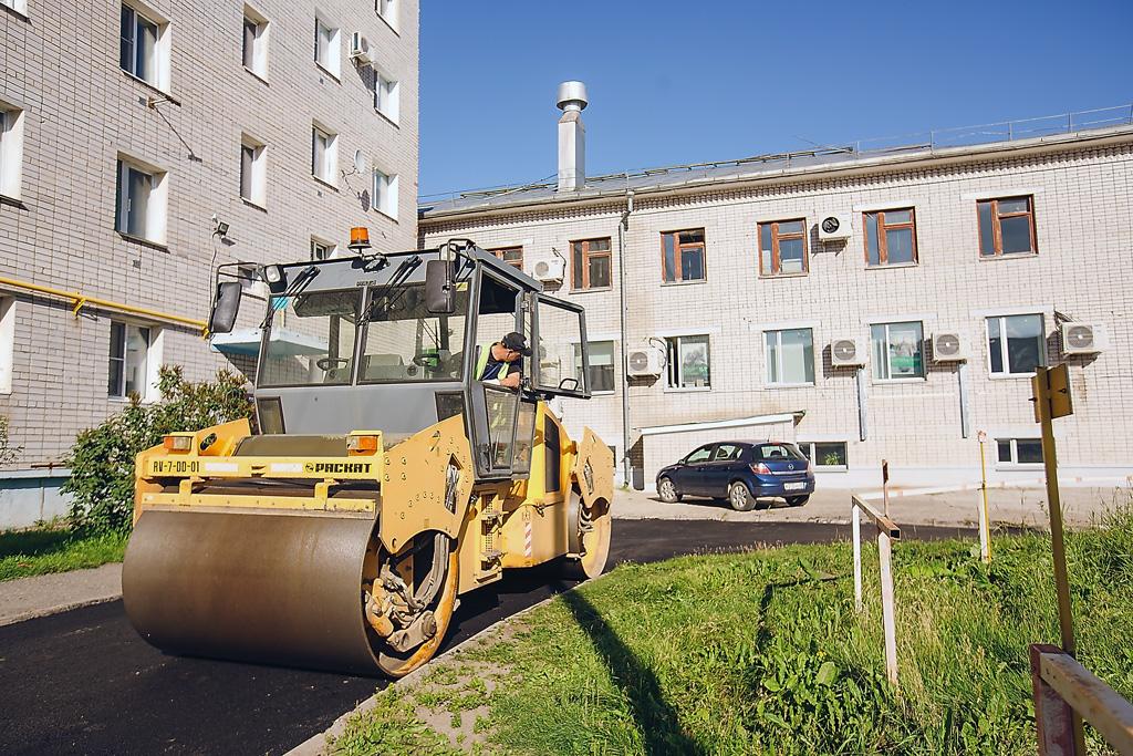 Дорожники ДПМК занимаются благоустройством городских дворовых территорий