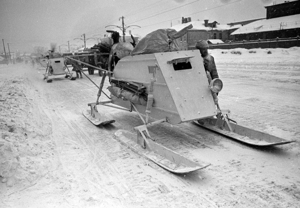 Разведывательно-боевые аэросани НКЛ-26 наулицахМосквы, 1941год