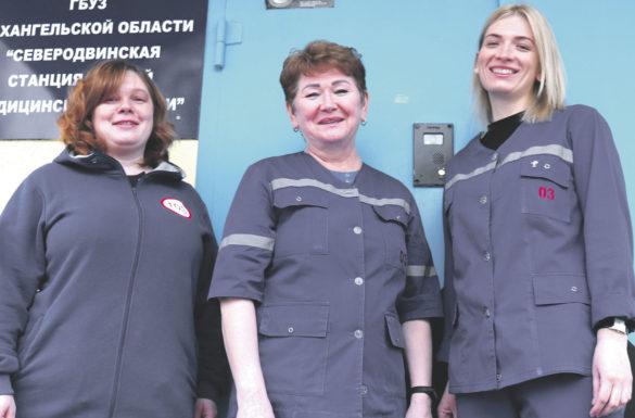 Врач скорой помощи Лариса Лапина, фельдшеры Ольга Канева и Мария Селиванова (слева направо)