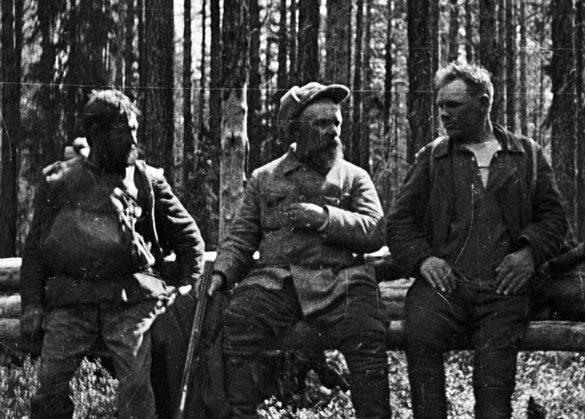 Михаил Пришвин спроводниками Осипом Романовым иАлександром Губиным (справа) напути вчащу