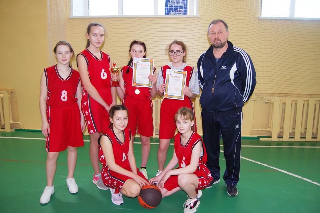 Школьная команда девушек, занявшая 1‑е место врайонной спартакиаде побаскетболу в2020году. Тренер— Александр Боровой