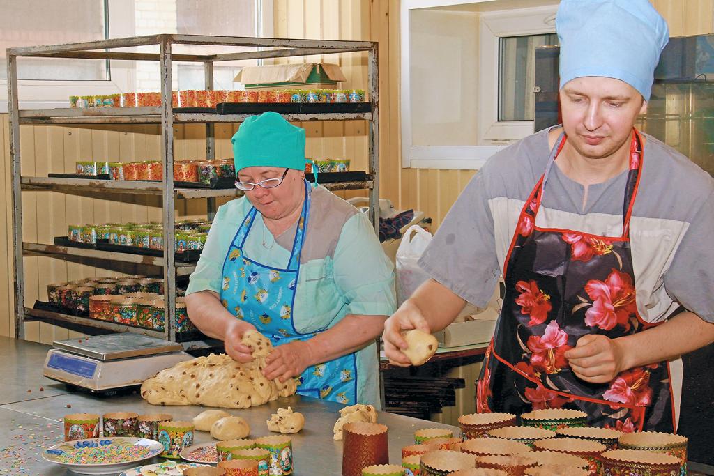 Пасхальные куличи готовят заведующий кондитерским цехом Андрей Борисов ипекарь Ирина Кузнецова