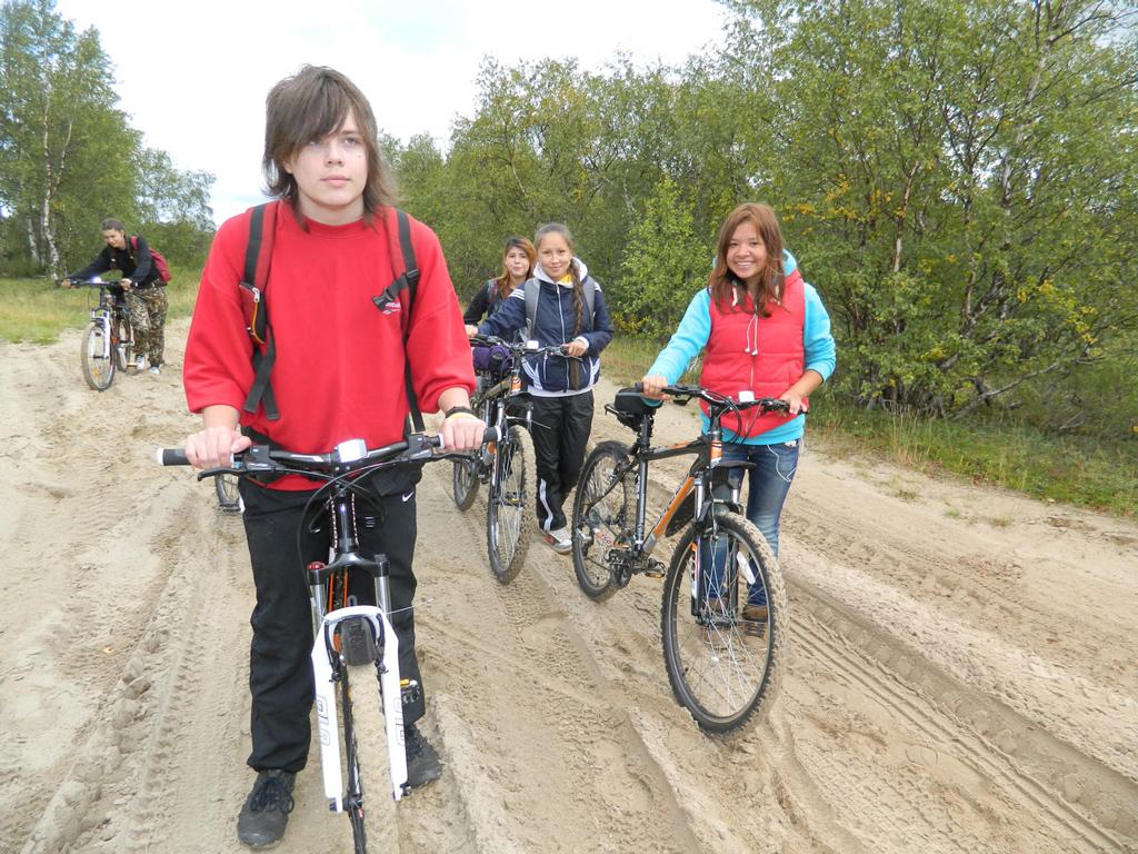 За чем турист поедет в регион? Например, за тем, чтобы прогуляться до Пустозерска пешком или на велосипедах. Фото Елены Елисеевой