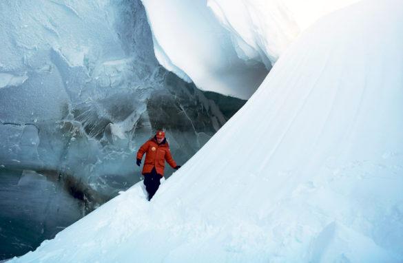 Президент в ледяной пещере на полуострове Полярных летчиков