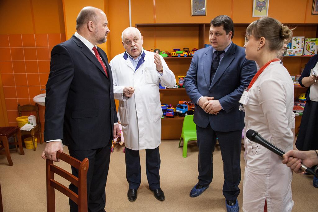 Губернатор Игорь Орлов и главврач обсуждают главную тему—здоровье детей