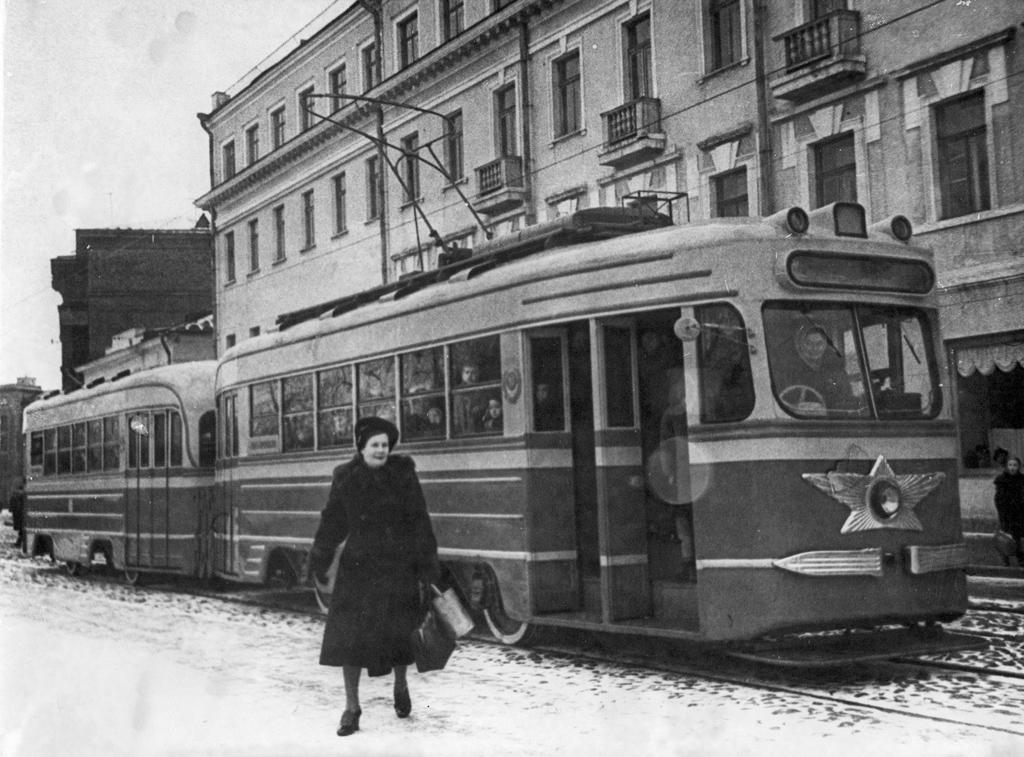 Новый трамвай на центральном маршруте Архангельска. Фото П. Дружинина. 1953 год