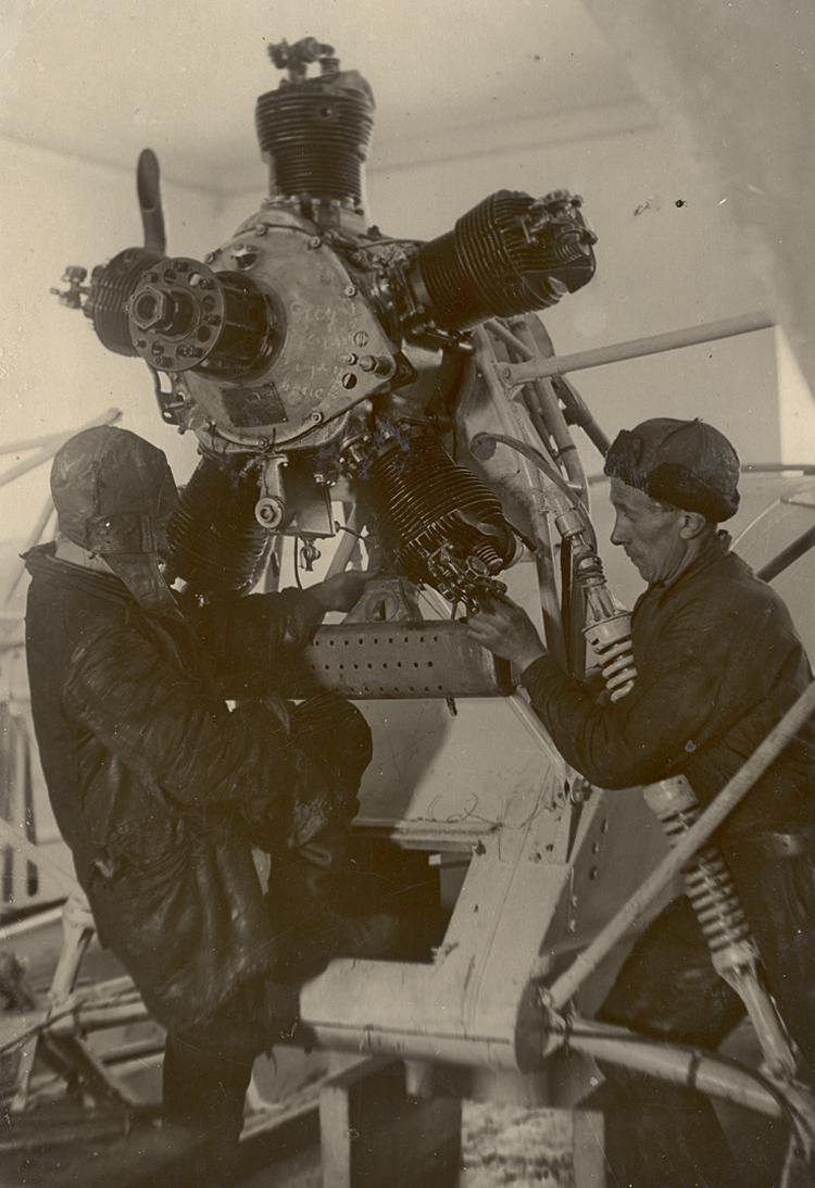 Сборка аэросаней НКЛ-26 на заводе «Красная Кузница». 1942 год