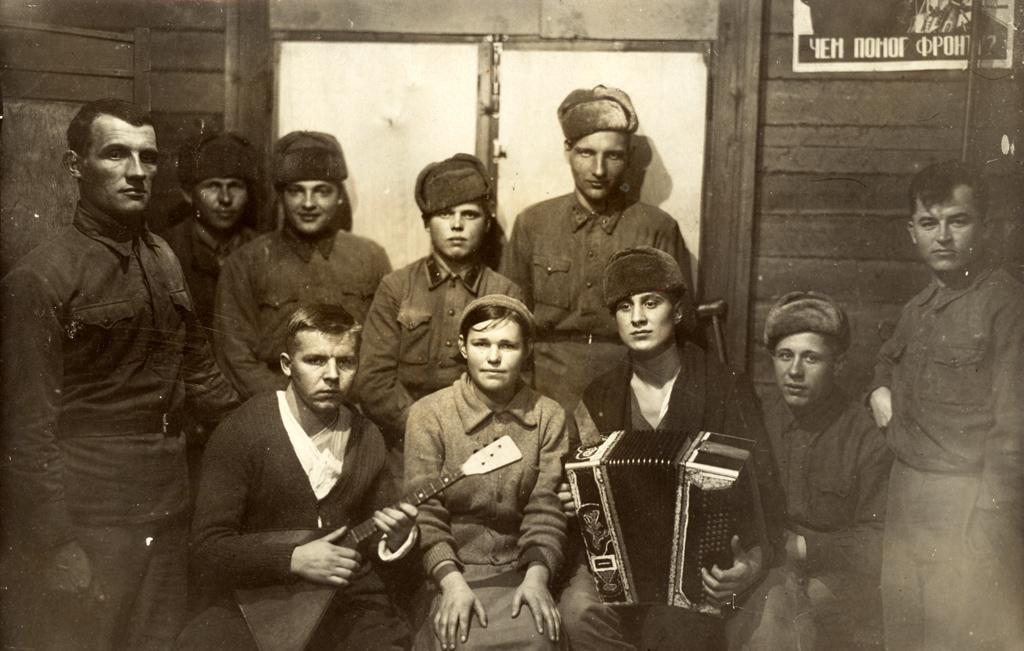 Художественная самодеятельность бойцов подшефного госпиталя. Выступление сконцертом вобщежитии. Молотовск, 1941-43 гг.