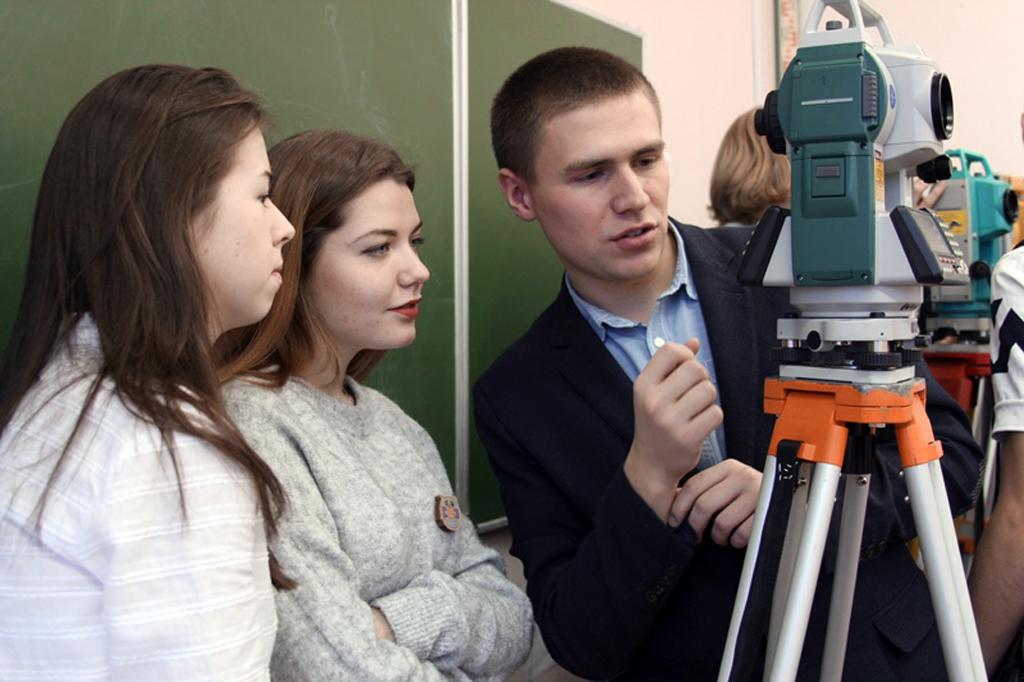 Студенты на занятиях по геодезии