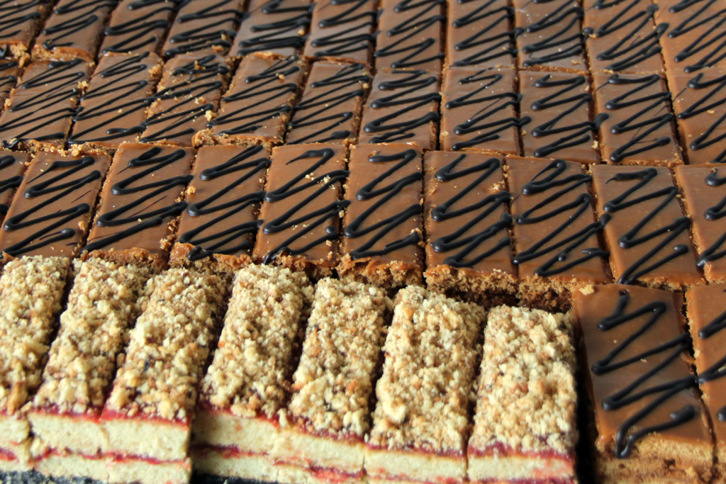 Вкусные пирожные идут нарасхват