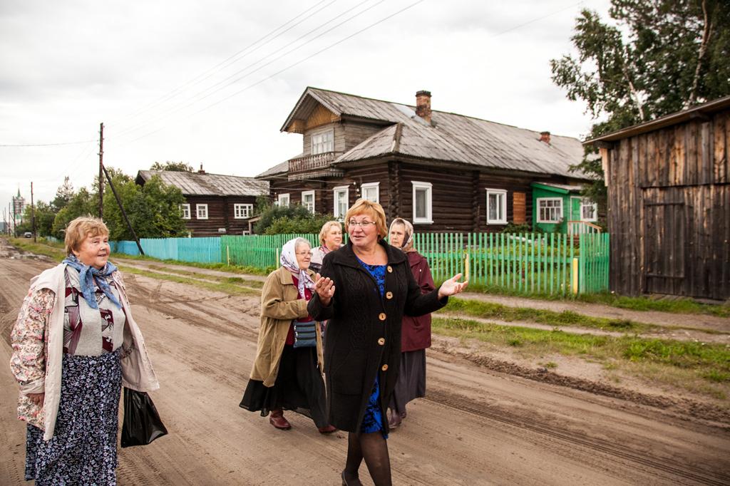 Ольга Мерзлая ведет экскурсию для паломников по селу