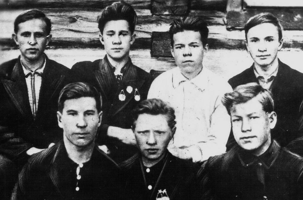 1941 год. Юноши-выпускники Мезенской средней школы. Уйдя сразу после окончания школы на войну, некоторые из этих ребят домой больше не вернулись...