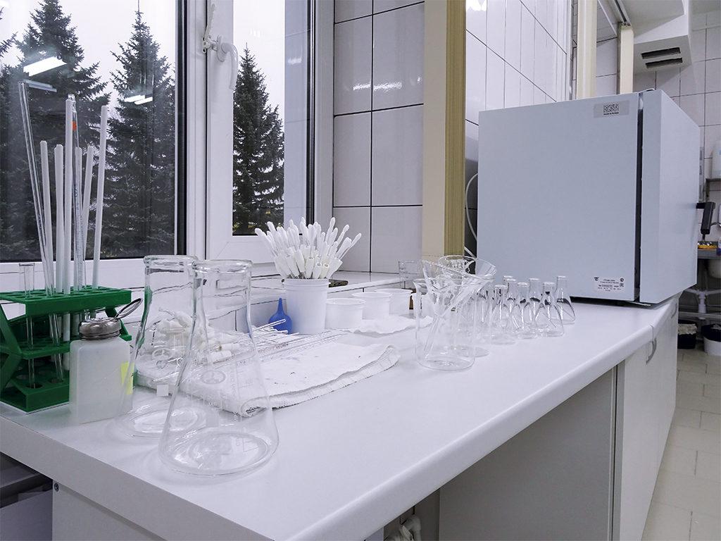 Отличительная особенность всех производственных площадок — наличие аттестованных лабораторий, которые обеспечивают многоступенчатый контроль: от поступающего сырья до выпуска готовой продукции