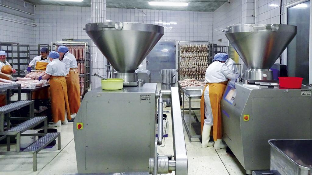За сутки мясной цех перерабатывает более 20 тонн сырья