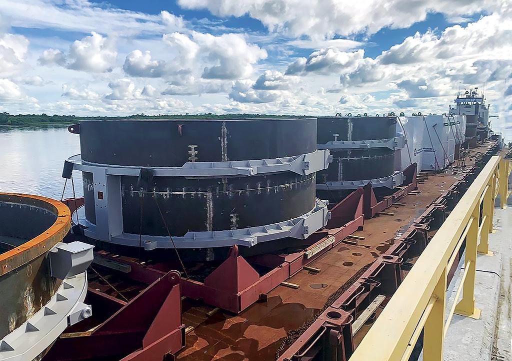 Погрузка составных частей корпуса камеры вакуумной установки на судно «Баренц»