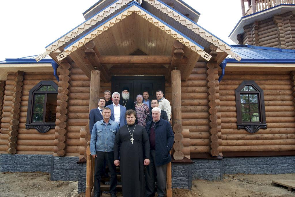 Благоустроители храма с владыкой Иаковом, епископом Нарьян-Марским и Мезенским