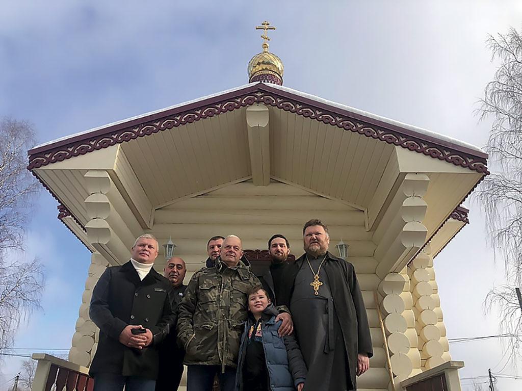 Семья благотворителей Сидоровых и протоиерей Василий у новой часовни в Козьмино