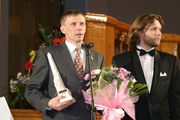 Дмитрий Акишев получает награду